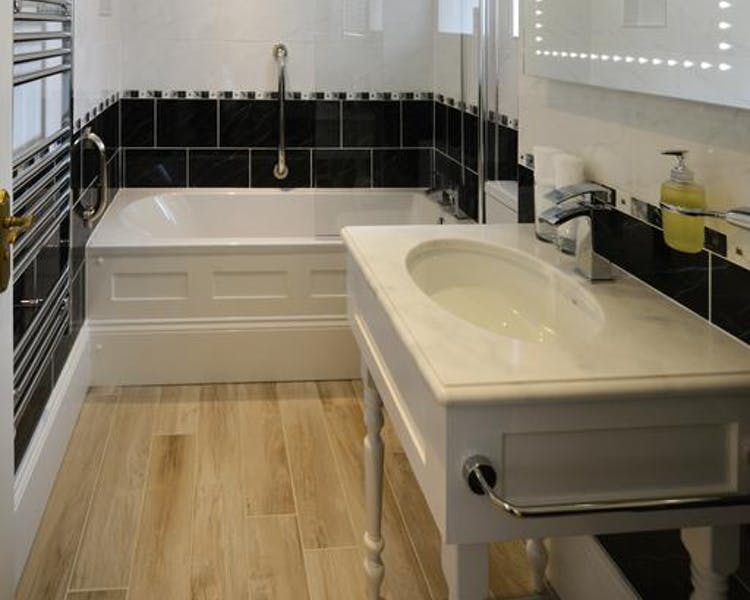 Haven Hall Hotel. Tennyson Bedroom ensuite bathroom