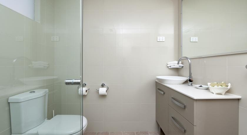 Modern Bathrooms - Queen Standard rooms.