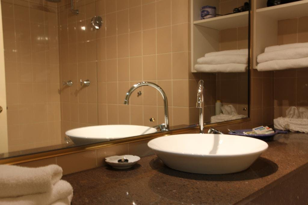 Deluxe Queen and King rooms are roomy, airy and welcoming with modern bathrooms.