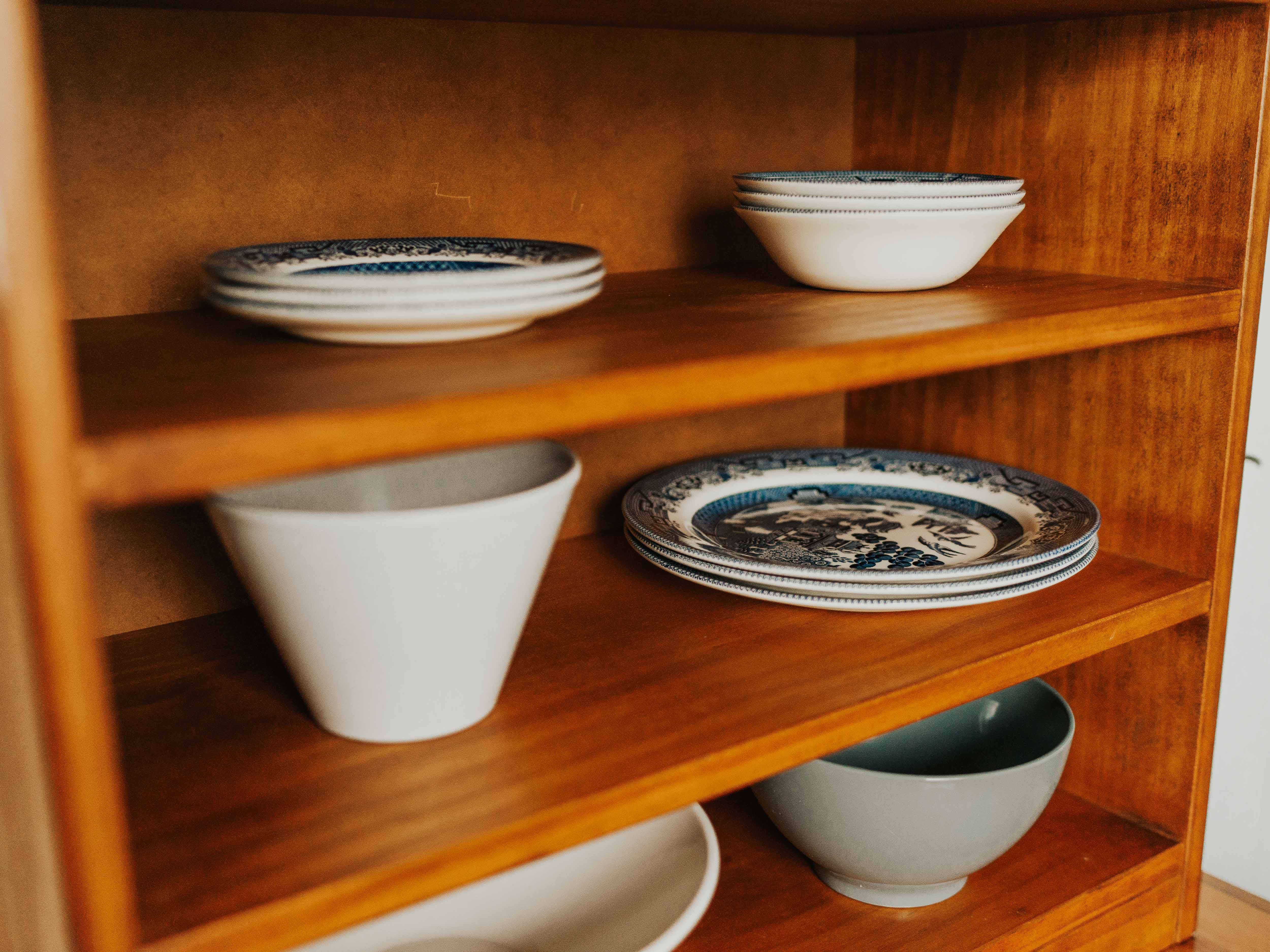 Blue willow china in guest kitchen of Turoa suite.