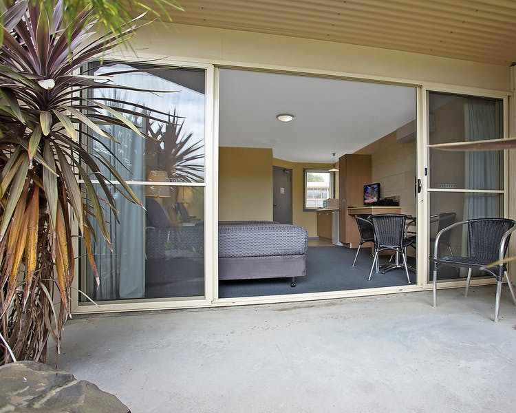 Portside Motel Port Campbell Deluxe Twin Room 3 patio