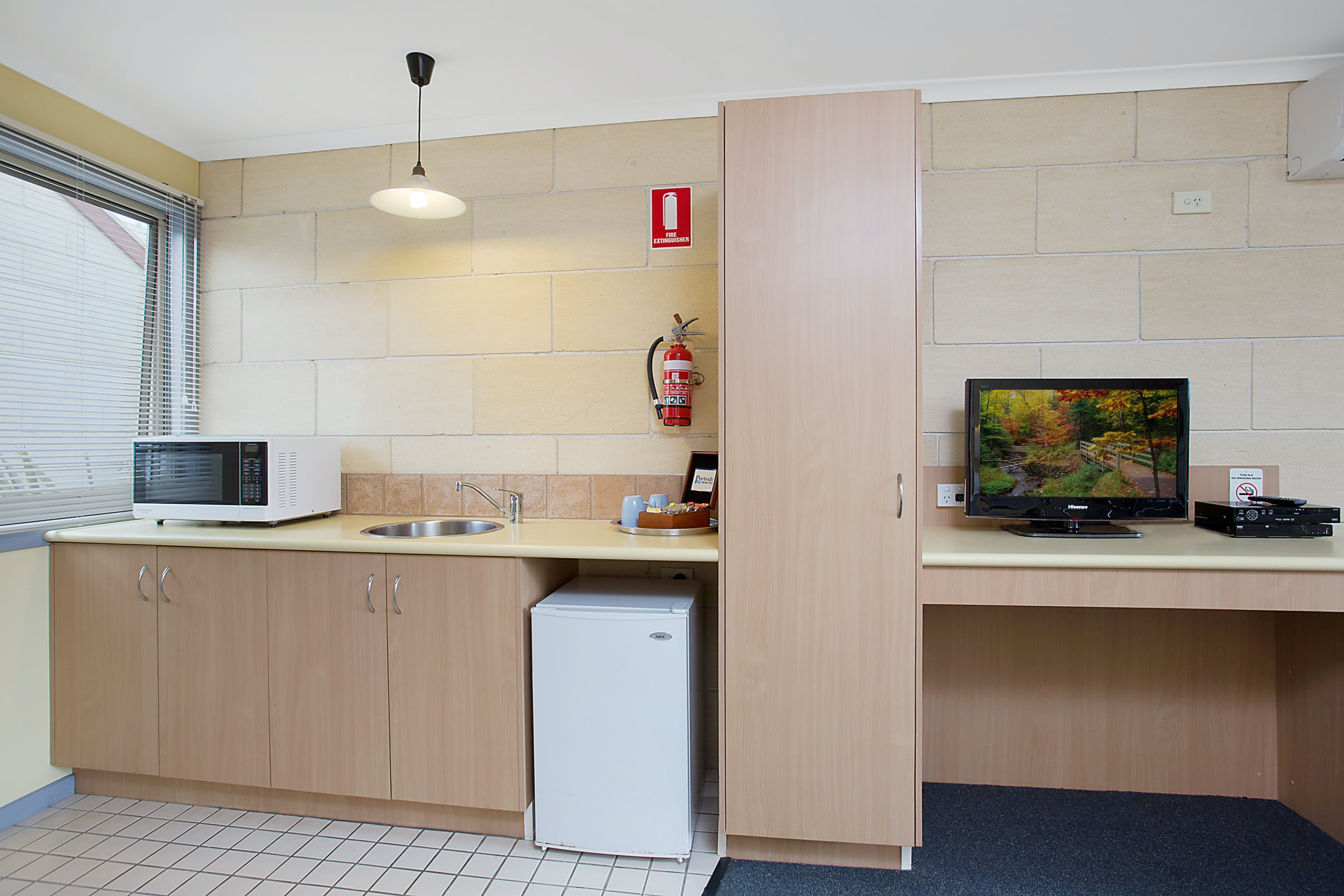 Portside Motel Port Campbell Deluxe Queen room kitchenette