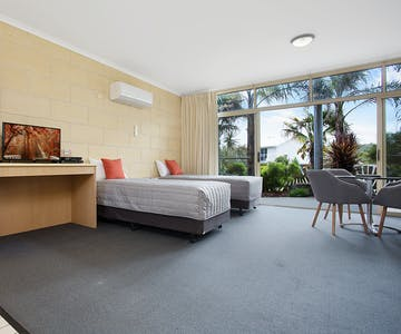 Portside Motel Port Campbell Deluxe Family room - 2 long single beds