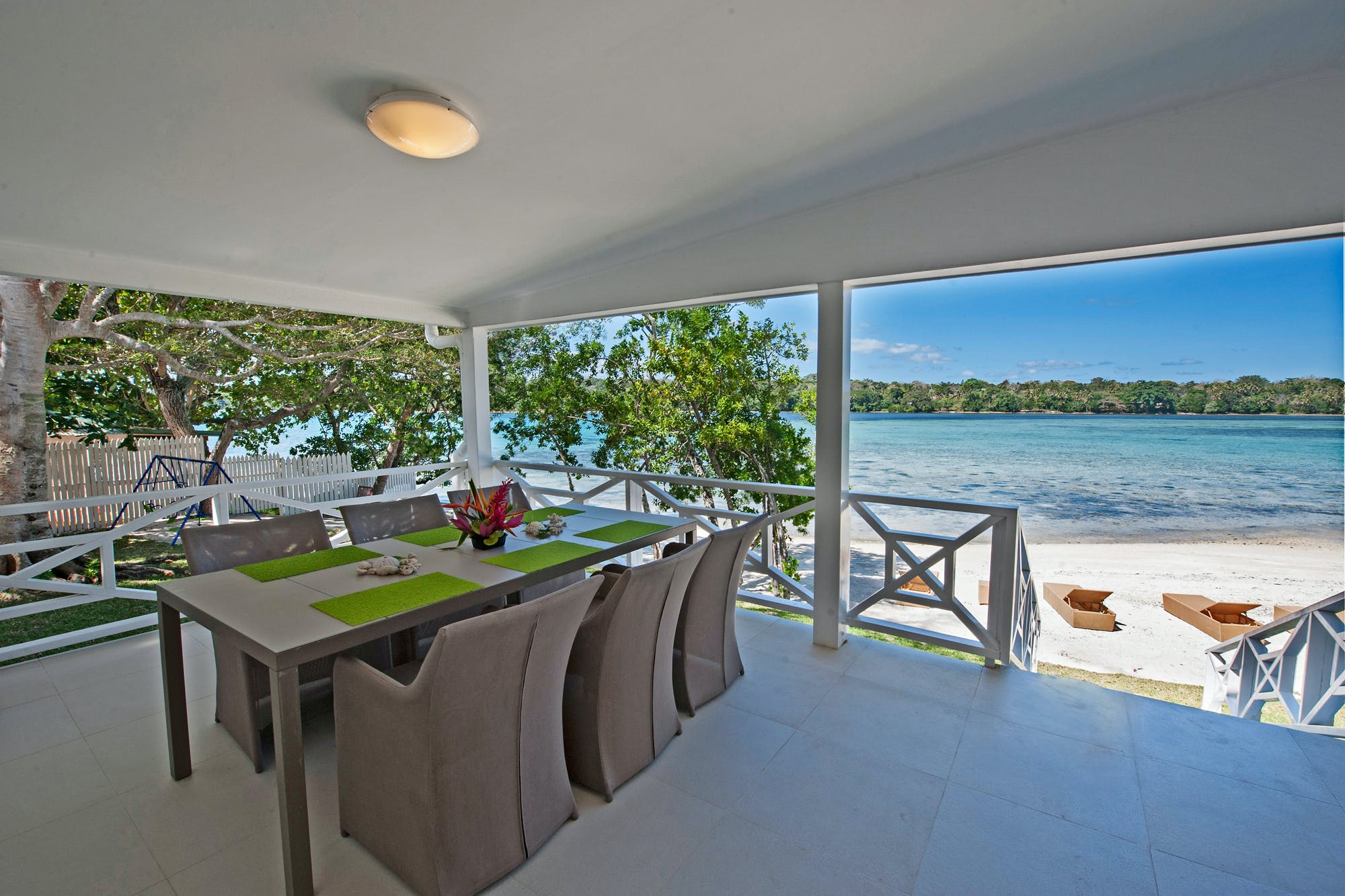 Aqua Blue Beach House - Dine by the water
