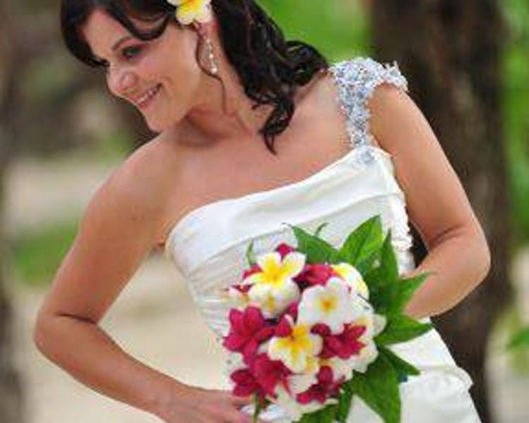 Beautiful bride & bridesmaid bouquets #erakorbeachweddings #weddingceremonyonthebeach #bridalbouquet #vanuatuweddings