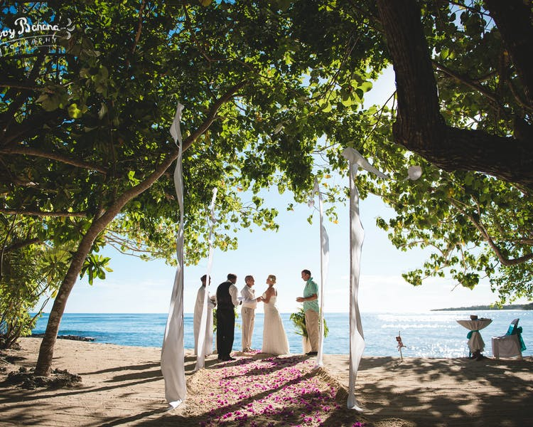 Sunset Beach, scattered floral aisle and Bali Flags #erakorbeachweddings #weddingceremonyonthebeachsouthpacific