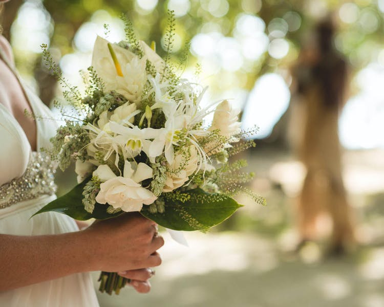 White Bridal Bouquet Erakor Bride #erakorbeachweddings #weddingceremonyonthebeach #tropicalbridalbouquet