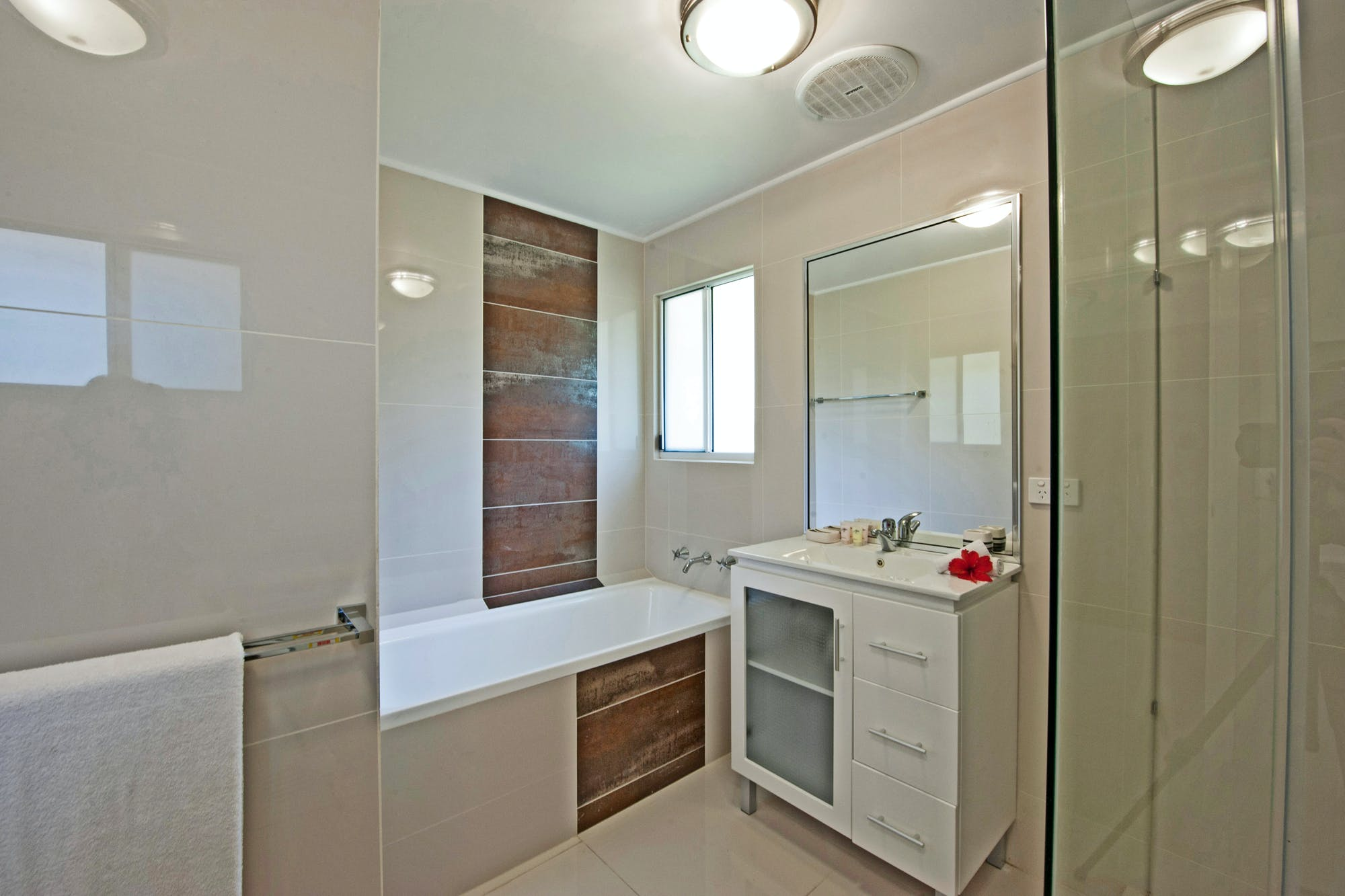 Aqua Blue Beach House - Guest Bathroom