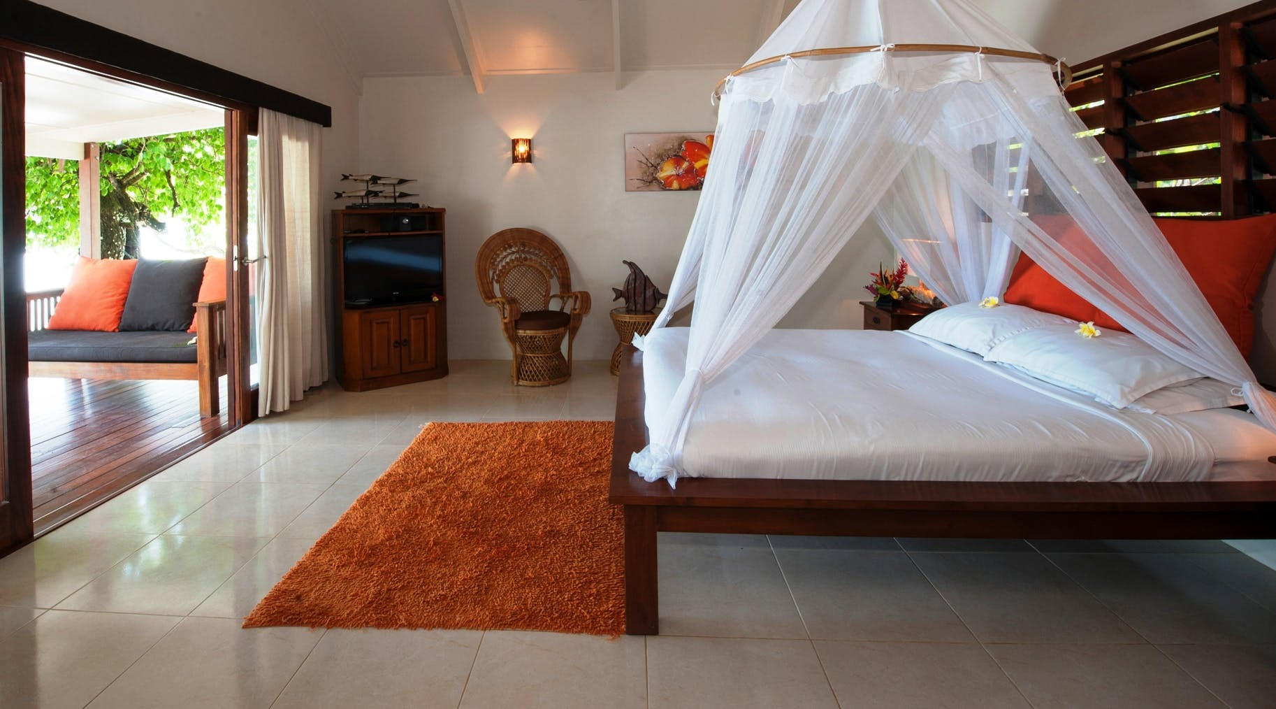 Beachfront Deluxe Spa Villa king bed