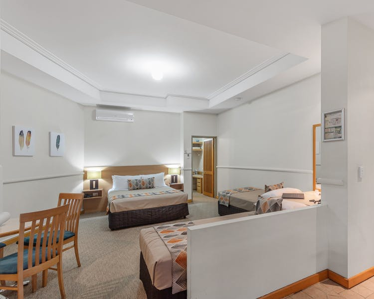 Cheap accommodation for 4 guests located near Portside Wharf and Brisbane Airports