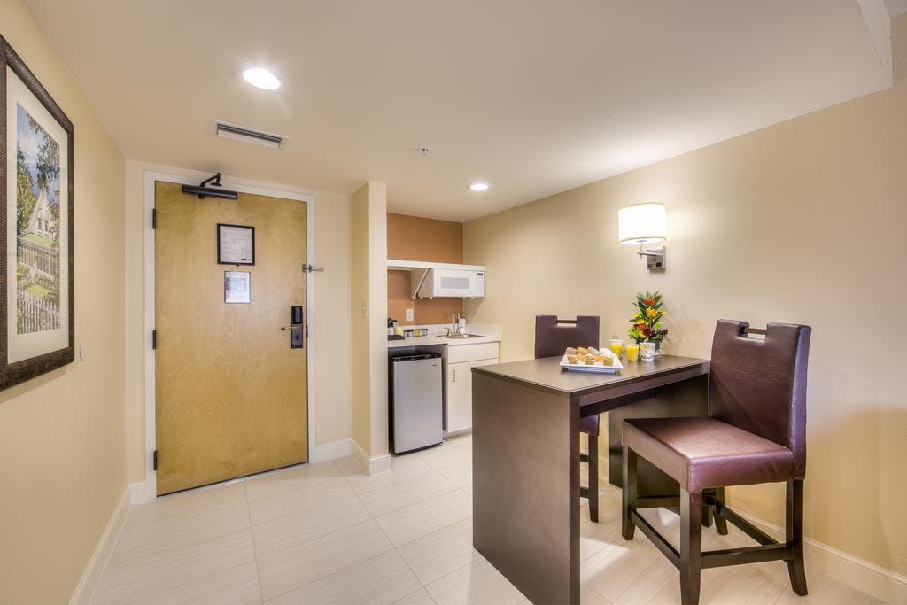 Mini Kühlschrank Für Schlafzimmer : One bedroom suite with balcony and walkin shower inn of naples