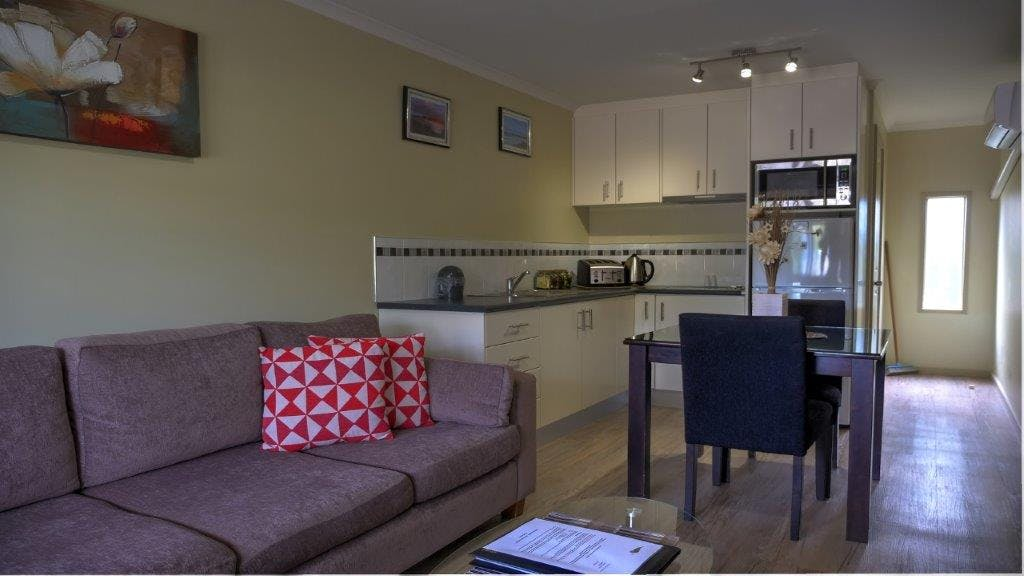 #Open plan kitchen, dining and lounge area in the Superior Apartment at Ficifolia Lodge in Parndana