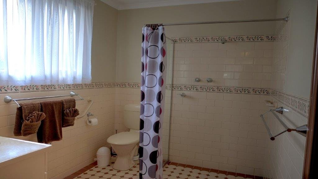 #Spacious bathroom in Queen Deluxe Apartment at Ficifolia Lodge in Parndana