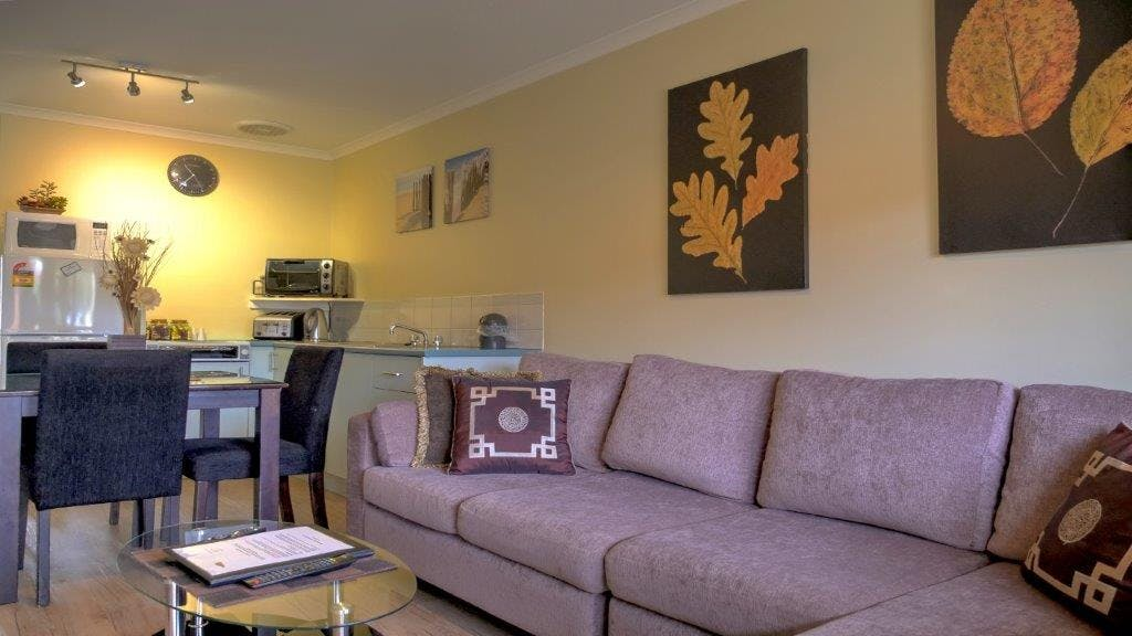 #Twin Apartment open plan kitchen, dining and lounge area at Ficifolia Lodge in Parndana