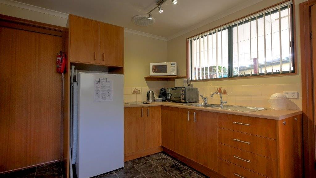 #Well equipped kitchen in the Queen Deluxe Apartment at Ficifolia Lodge in Parndana