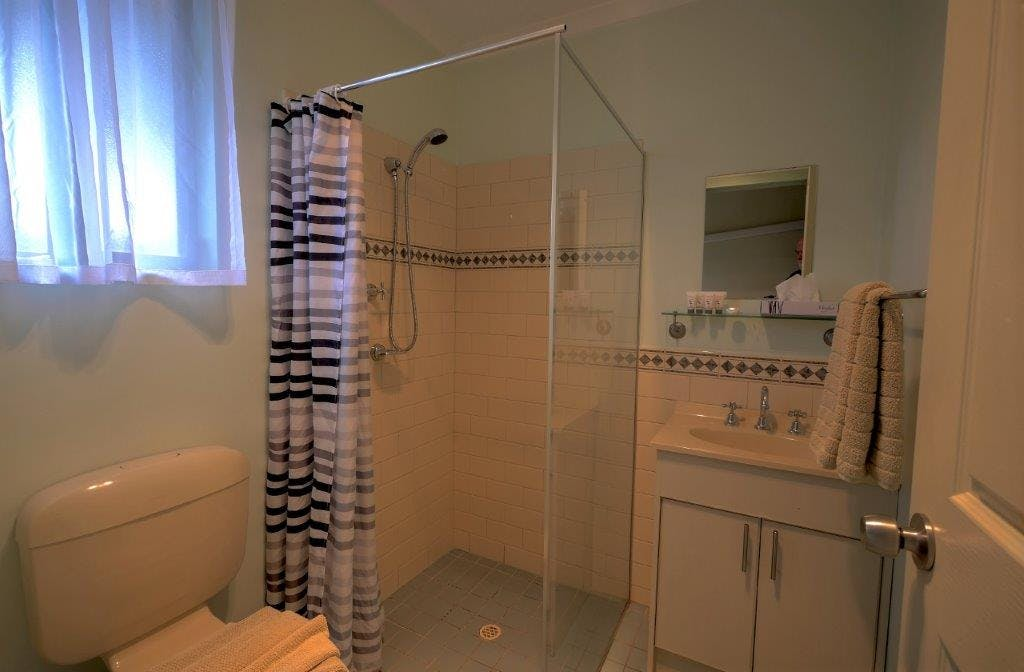 #Bathrooms with personal amenities at Ficifolia Lodge in Parndana