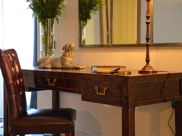 DELUXE one bedroom Apartment desk. Aguilas5 SevillaSuites