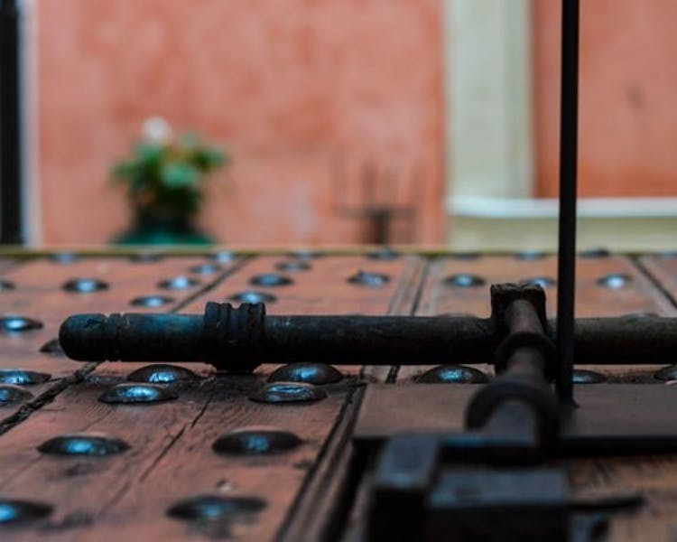 Detail in the main patio. Aguilas5 SevillaSuites