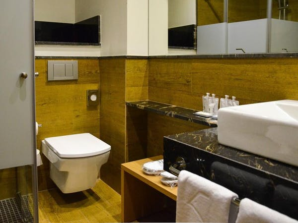 DELUXE one bedroom Apartment bathroom. Aguilas5 SevillaSuites
