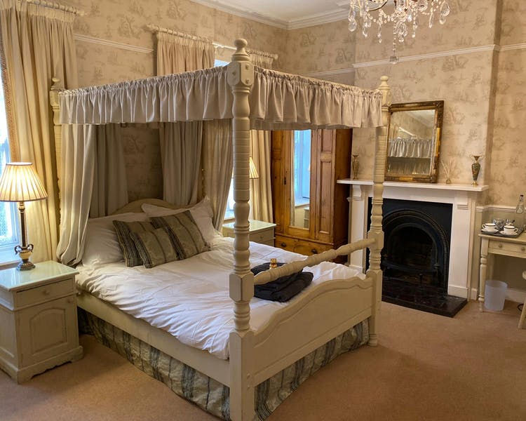 Old Parsonage Four poster room