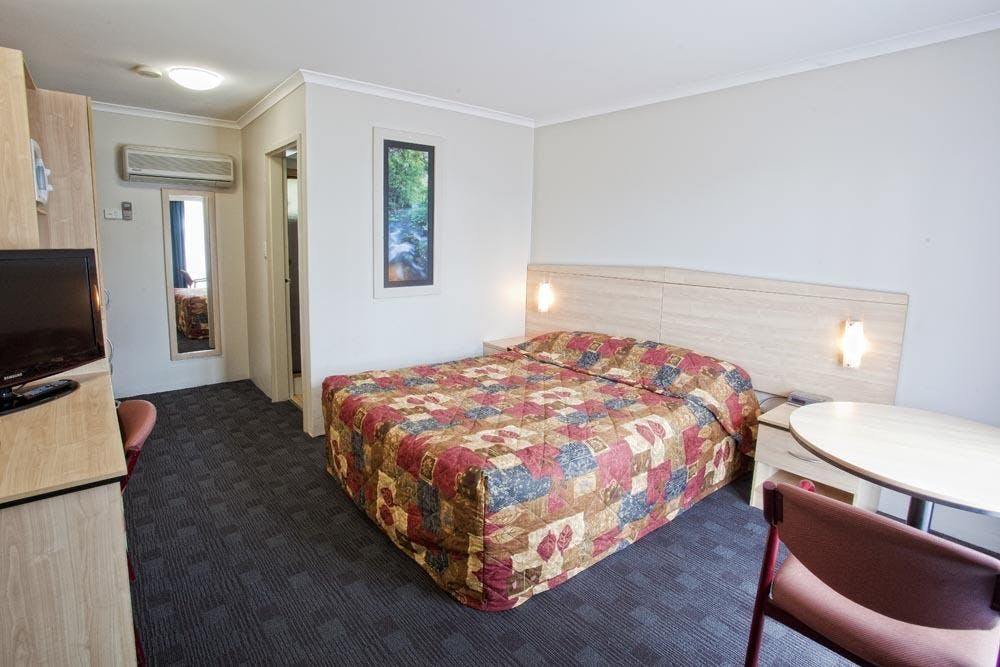 Queen room with ensuite Shellharbour Resort accommodation double