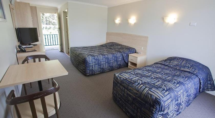 Twin share with ensuite room queen bed single bed Shellharbour Resort