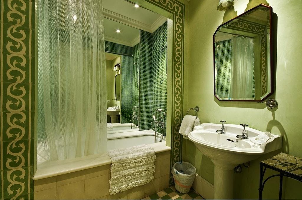 The bath and sink within the Soller Superior Double room.