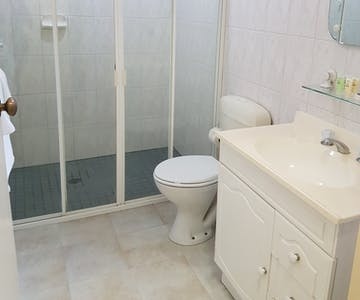 1 Bedroom & Serviced Apartment/ Bathroom