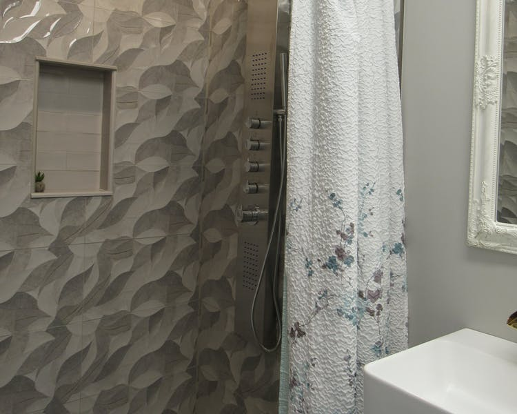 Elmira Suite - Walk in Shower