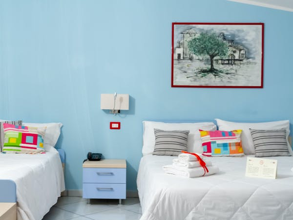 Camera tripla con letto matrimoniale e letto singolo/ Triple room with double bed and single bed