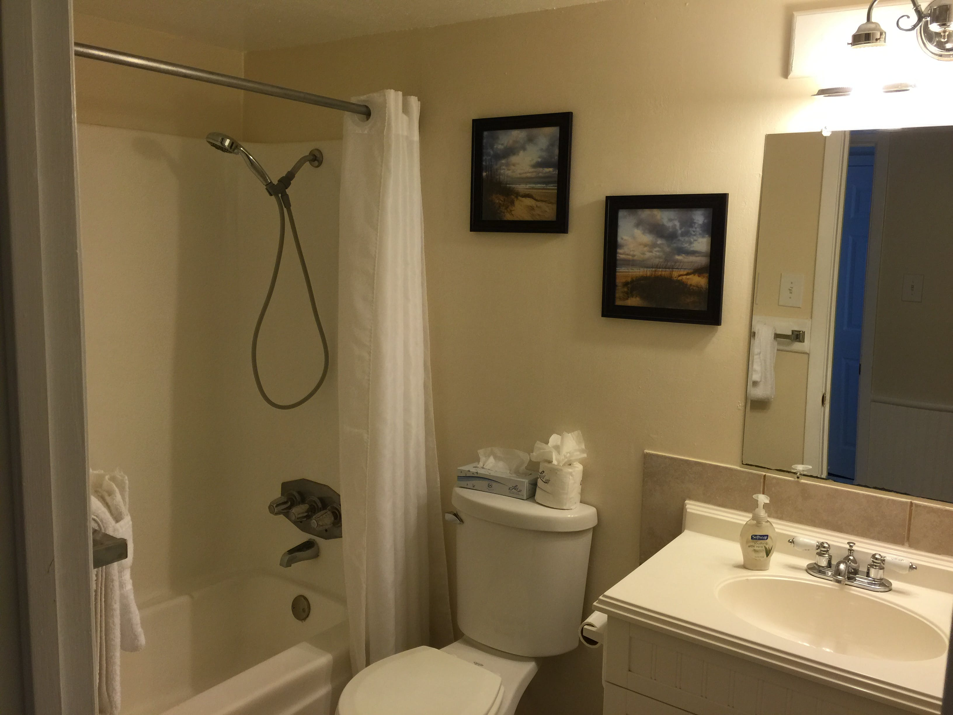 3BR Townhouse - Master Bathroom (private)