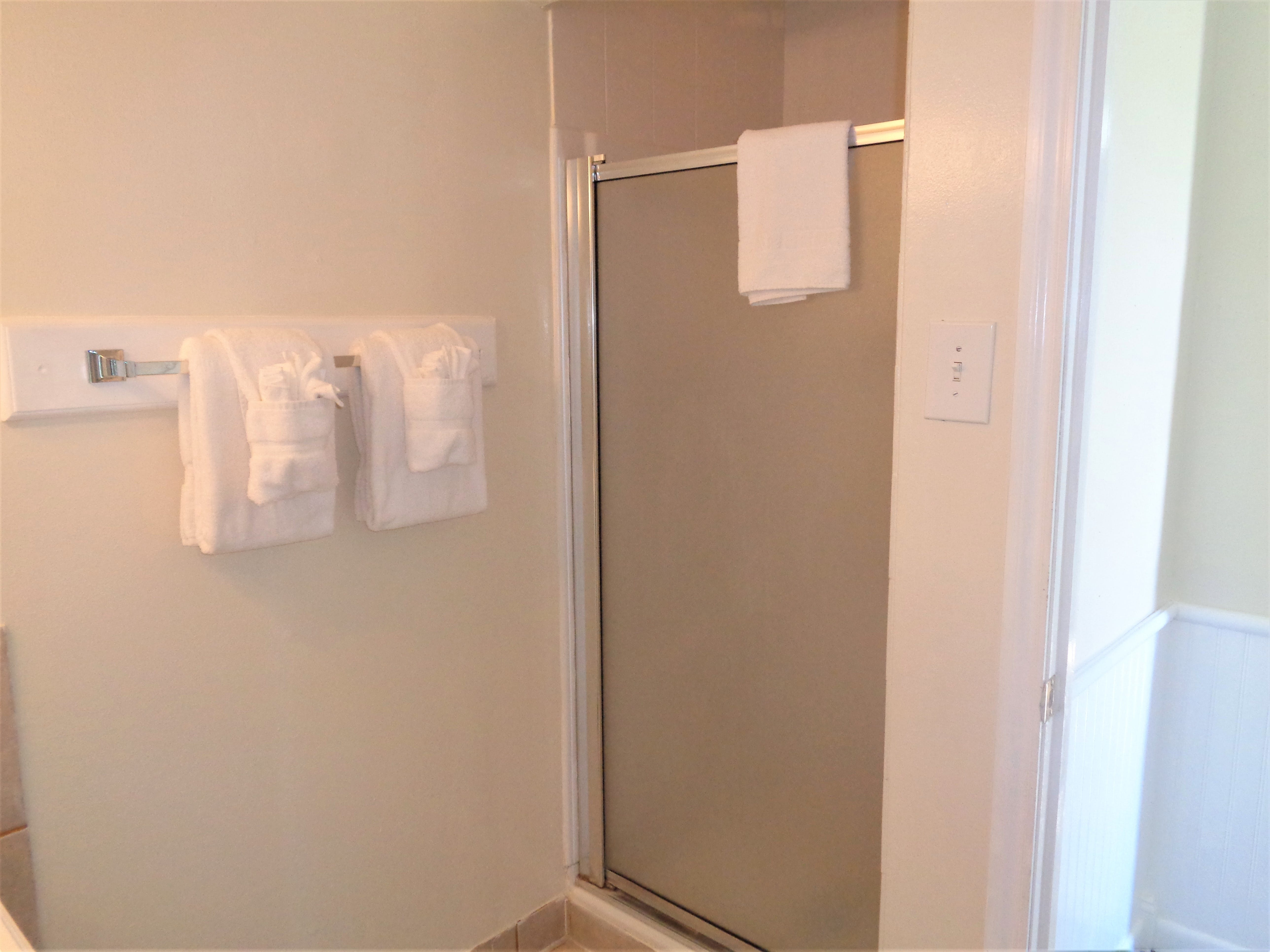 3BR Townhouse - 2nd level guest bath (shower)