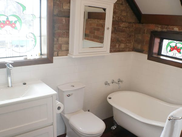 Stables Apartment bathroom, Bon Accord B&B in Sale, Gippsland.