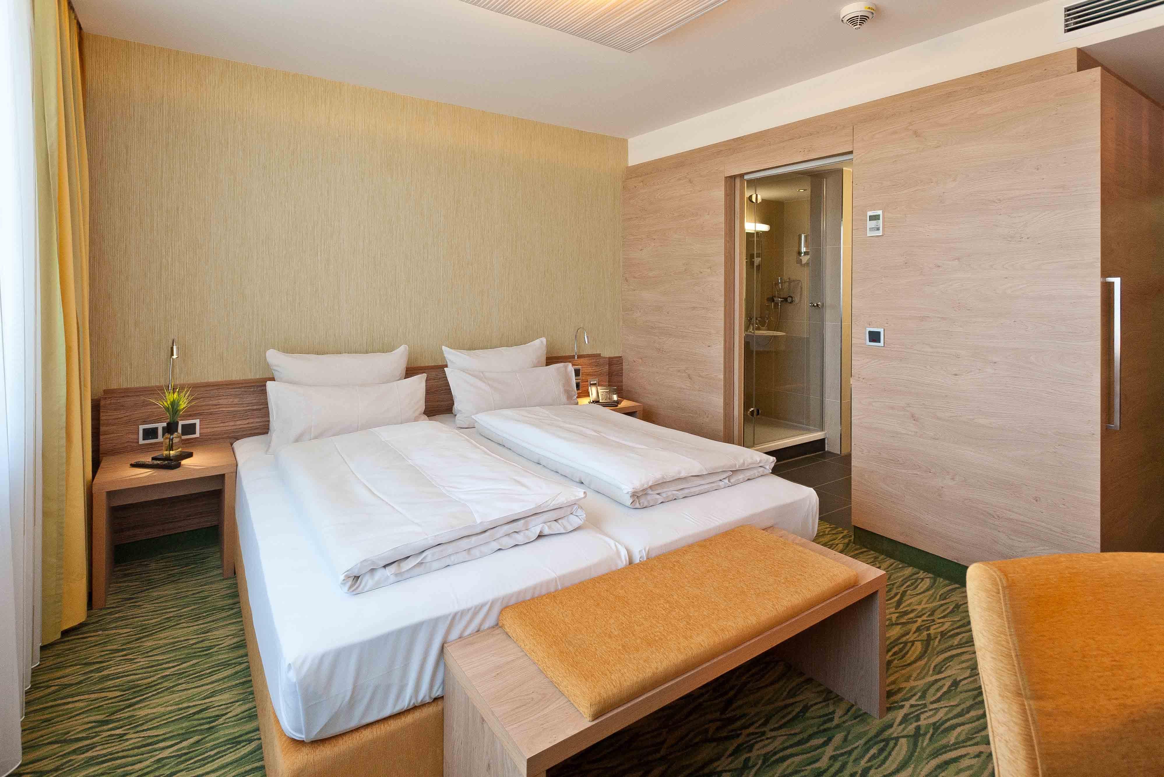 Mini Kühlschrank Für Schreibtisch : Double room double room for single use hotel bildungsblick