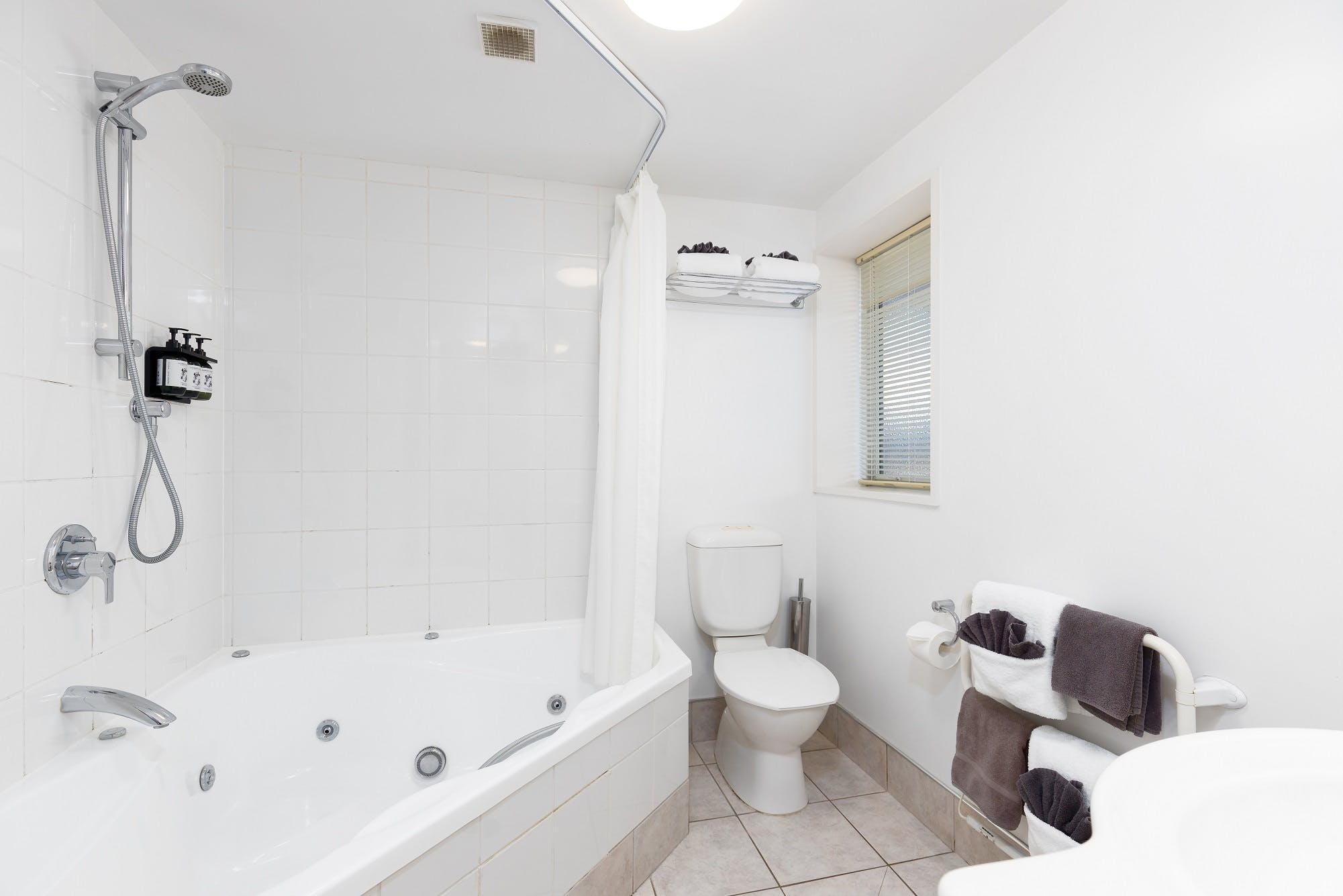 one bedroom spa family apartment chelsea park motor lodge rooms bathroom Nelson