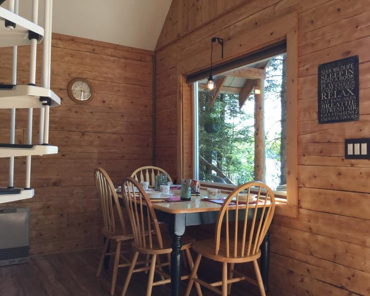 Lakeview Cabin dinning area