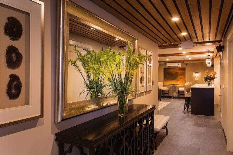 Intimate lobby space that works for great conversation or me-time. Free Wi-Fi Casual meeting & workspace