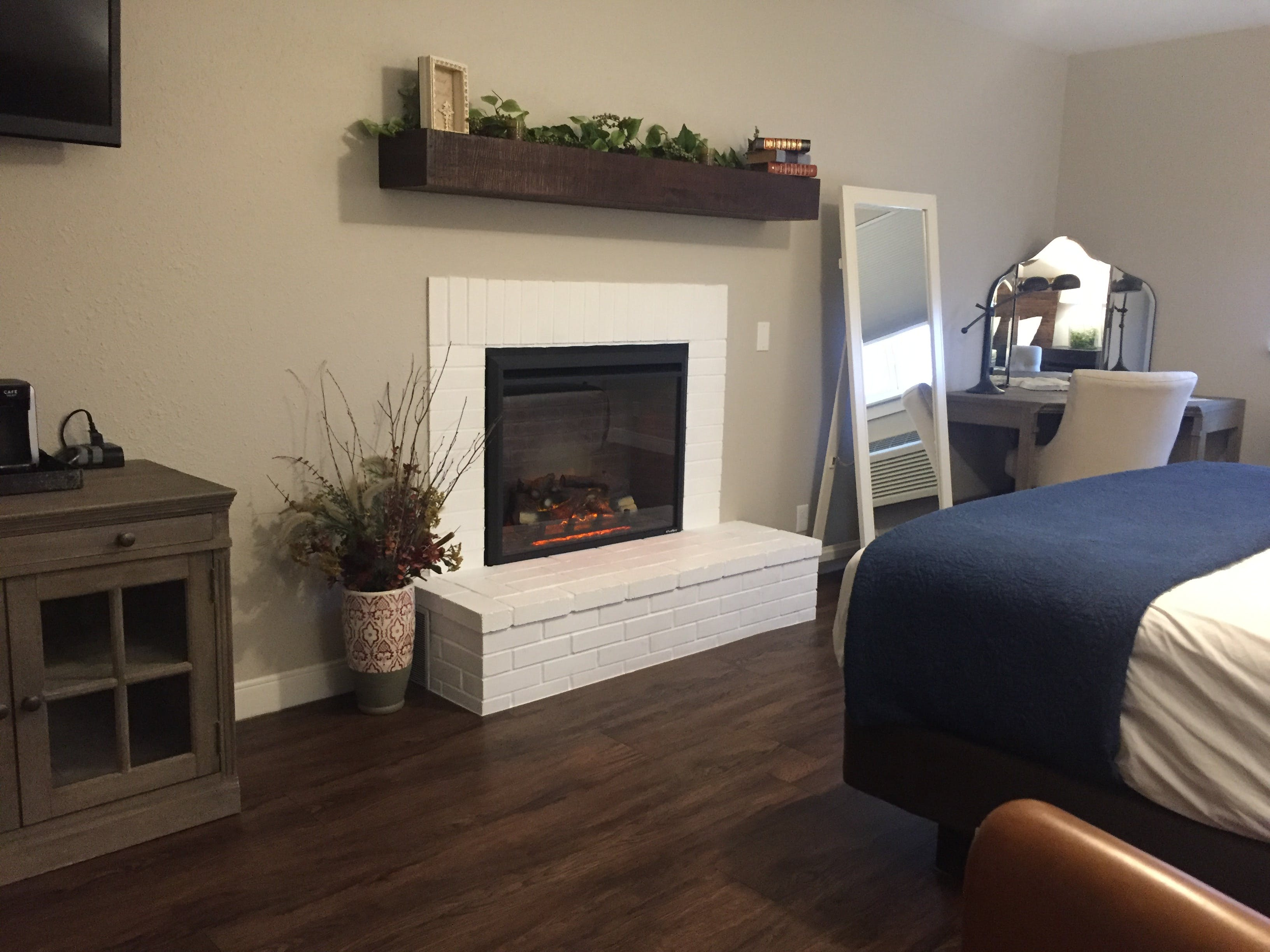 Semi-Suite King with Fireplace | Budget Lodging Saint Clair
