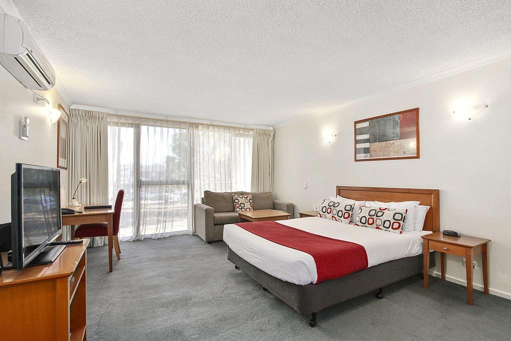 Studio Apartments consist of modern furnishings, kitchenette and laundry facilities, Queen/king Bed and an ensuite bathroom.